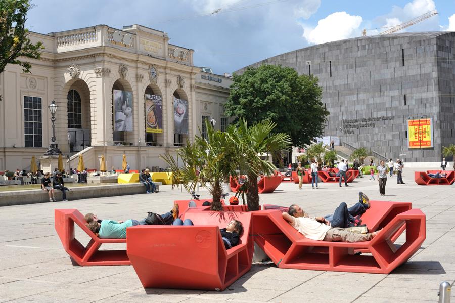 Enzis devant le MUMOK et la Kunsthalle Wien