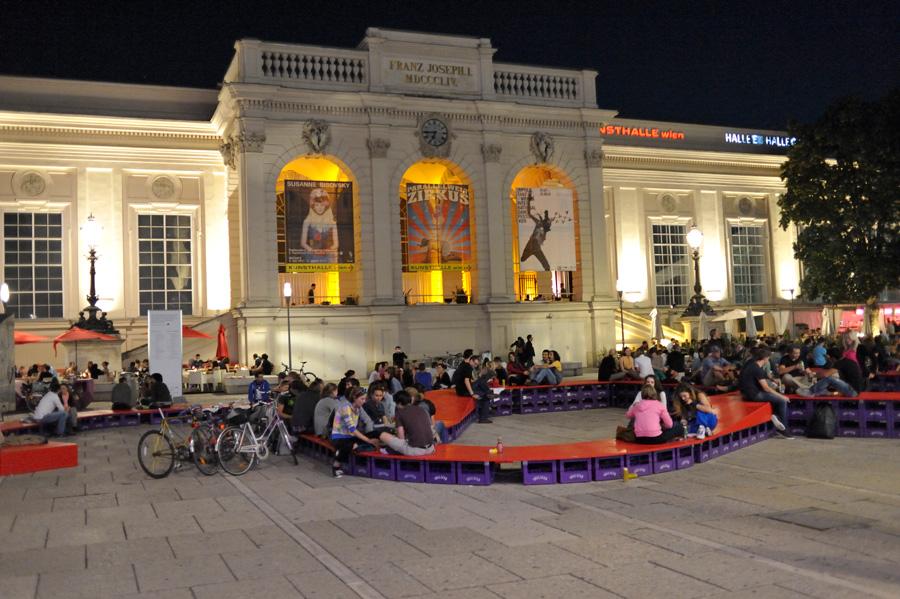 Jeunes Viennois la nuit devant la Kunsthalle Wien